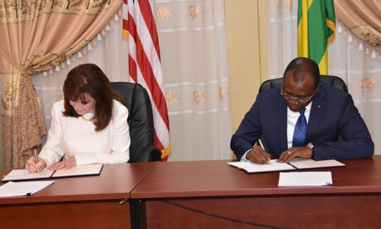Cynthia Huger la vice-présidente de la MCC chargée de l'administration et des finances et chef d'agence par intérim et Sani Yaya ministre des finances du Togo lors de la signature