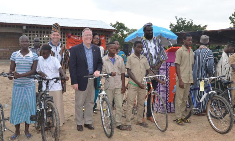 Don Clark de Whole Foods Market, ambassadeur américain au Togo David Gilmour et Olowo-n'djo Tchala, fondateur et PDG d'Alaffia, ont présenté de nouveaux vélos à des étudiants méritants.