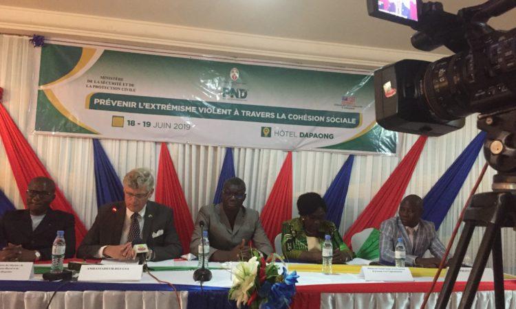 L'ambassadeur des États-Unis Eric Stromayer, le ministre de la sécurité Yark Damehame, le préfet Tone Douti Yendoukoa et d'autres fonctionnaires