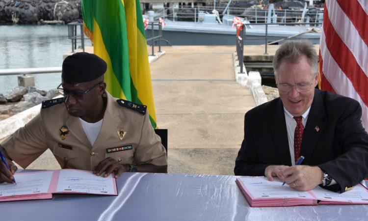 Le CEMG des FAT signant le document de réception avec l'ambassadeur Gilmour