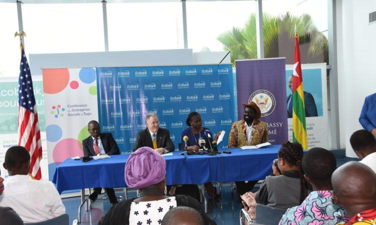 Mr. Ayeyemi PDG de Ecobank Ambassadeur Gilmour Ministre Togolais Mme Cina Lawson et M. Tchala Olowo-n'djo PDG de ALAFFIA lors de la conférence de presse à l'ECOBANK