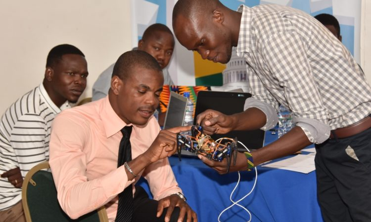 Ousia, the inventor of the Togolese 3D printer, in full demonstration with some participants