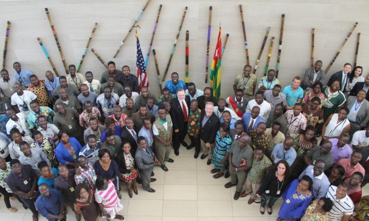 Photo de groupe Tibor Nagy avec les employés de l'ambassade à Lome