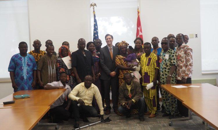 Photo de groupe de la deuxième cérémonie de transfert de contrôle par anticipation