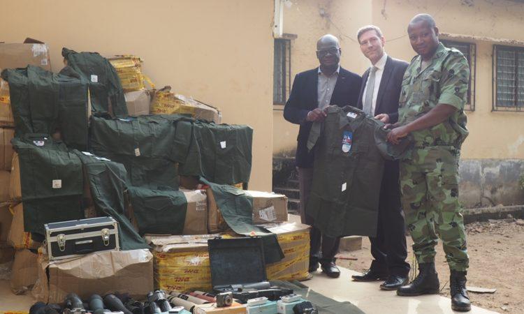 Ryan Ballow, conseiller économique de l'ambassade posant avec les officiels du garde forestier et Mr Tossou Datè K. Akpédjé, le directeur regional de l'Environnement