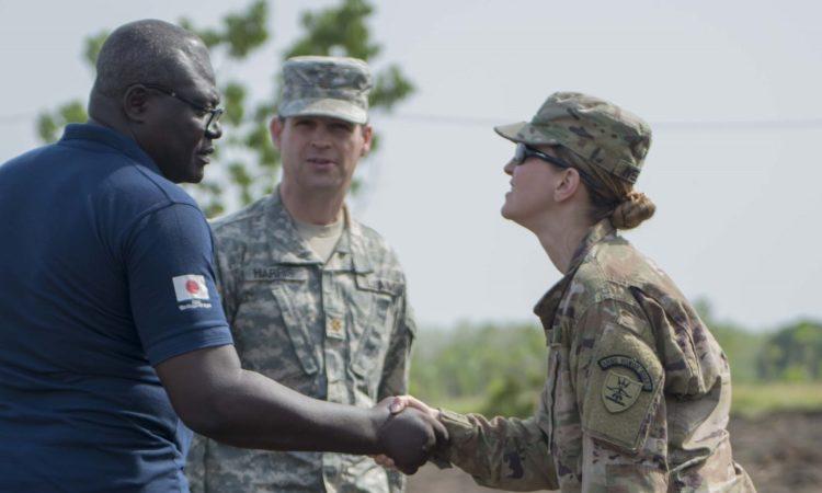 Salutations entre la Garde nationale du Dakota du Nord et le représentant de la sécurité togolaise