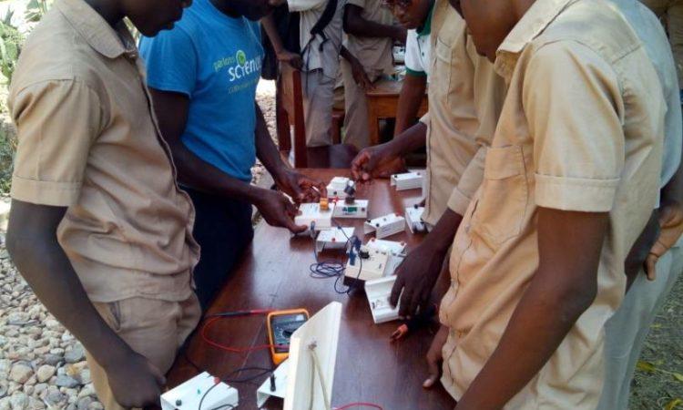 Une session d'experiences scientifiques par les élèves