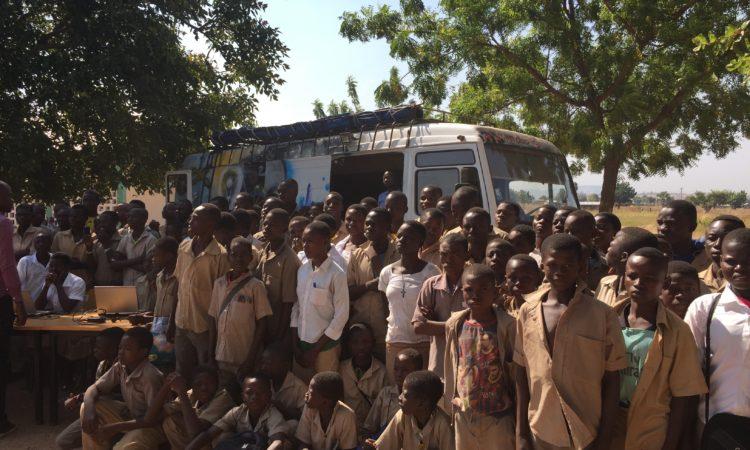 Vue partielle des élèves qui suivent les instructions au cours d'une démonstration de Molab