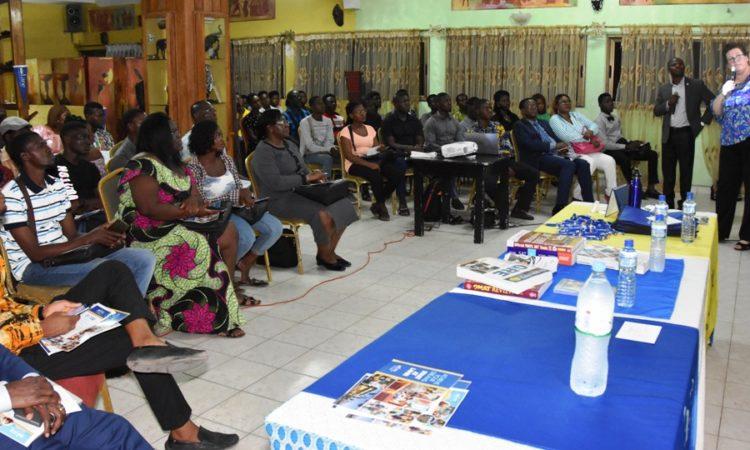Vue partielle des participants suivent les présentations sur les étudier à LCC, aux Etats-Unis