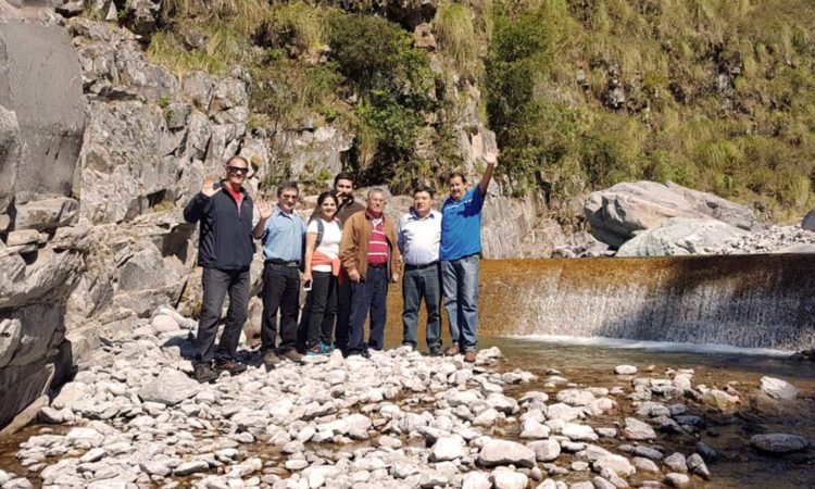 Fernando Miralles-Wilhelm junto a otros expertos en un lecho de río, hablando sobre aguas residuales