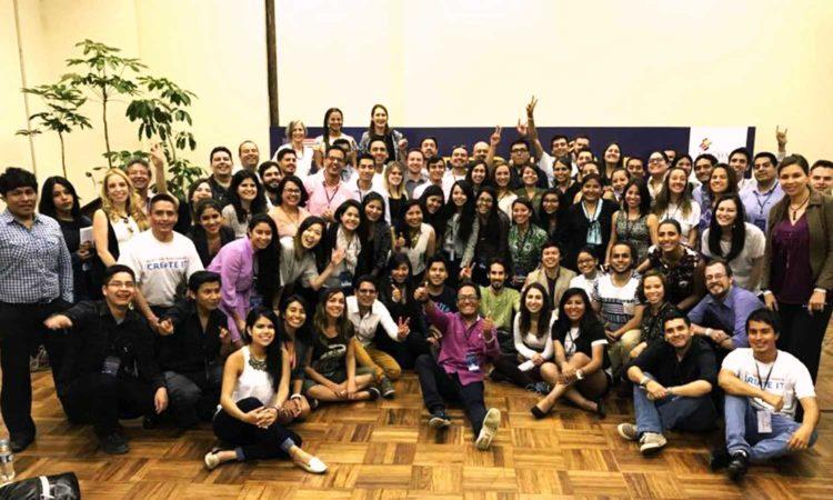 """Los 65 jóvenes emprendedores de la Iniciativa """"Jóvenes Líderes de las Américas"""" (YLAI) y representantes de la red de YLAI de Colombia, Ecuador, Paraguay, Perú, Venezuela y Bolivia en el Campamento Tecnológico de dos días """"YLAI TechCamp Bolivia 2017"""" y los expertos saludan a la cámara."""