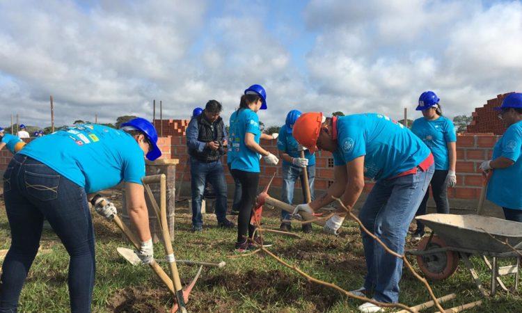 Voluntarios de la Embajada construyen casas en Warnes.