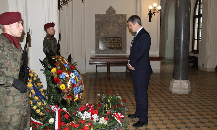 Konsul Generalny Walter Braunohler złożył wieniec pod tablicą upamiętniającą profesorów krakowskich uczelni, którzy 6 listopada 1039 roku zostali aresztowani przez Gestapo w ramach Sonderaktion Krakau