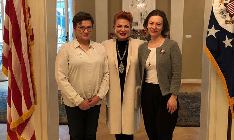 Ambasador Mosbacher gości zwyciężczynie konkursu AEIF w swojej rezydencji w Warszawie