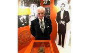 Anthony J. Drexel Biddle III na wprost pieczęci ambasady USA, którą jego ojciec, ówczesny ambasador, wywiózł po inwazji nazistowskich Niemiec na Polskę