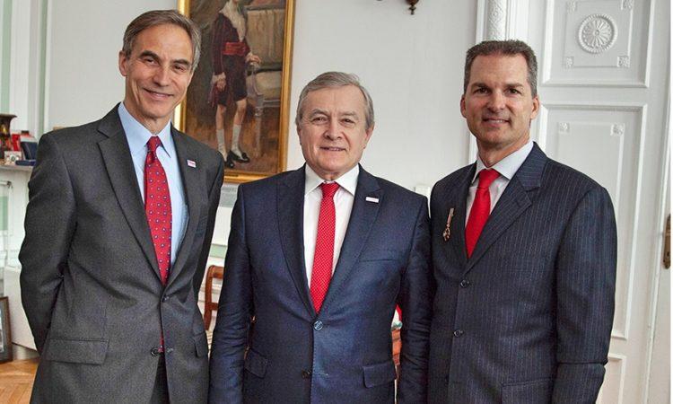 (od prawej do lewej) Zastępca Attache Prawnego James Brown z Wicepremierem Piotrem Glińskim i Ambasadorem Paulem Jonesem