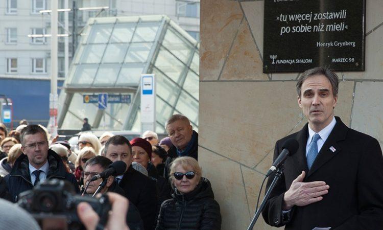 Ambasador Jones wygłosił przemówienie na Dworcu Gdańskim, gdzie odbyły się uroczystości w rocznicę wydarzeń marcowych.
