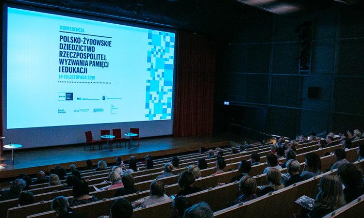 Frank Finver, radca ds. prasy i kultury podczas swego wystąpienia na konferencji. (fot. M.Jaźwiecki /MUZEUM HISTORII ŻYDÓW POLSKICH)