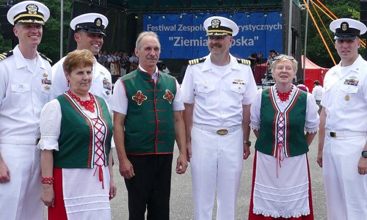 """Personel US Navy z członkami Zespołu """"Pietruchy"""" z Biesowic na festiwalu """"Ziemia Słupska 2018"""" w Słupsku"""