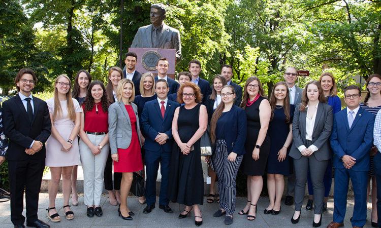 Uczniowie złożyli wieniec pod pomnikiem Ronalda Reagana w Alejach Ujazdowskich