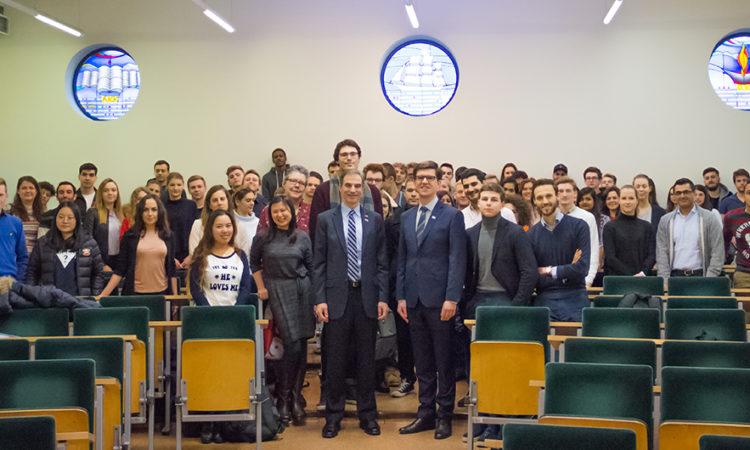 W Akademii Leona Koźmińskiego w Warszawie ambasador Jones spotkał się ze studentami z różnych krajów, którzy kształcą się na kierunkach biznes i zarządzanie.