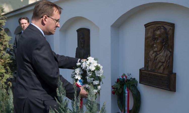 Kostelancik ügyvivő virágkoszorúval a kezében halad Billy Graham tiszteletes emlékplakettje felé. (követségi fotó: Németh Attila)