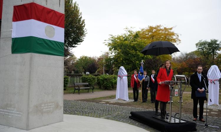 Bell nagykövet beszédét mondja az ünnepségen. (követségi fotó: Németh Attila)