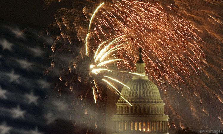 Tűzijáték, háttérben a Kapitolium és az amerikai zászló