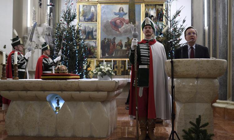 Kostelancik ideiglenes ügyvivő beszédét mondja az ünnepségen, jobbra a Szentkorona másolata látható.