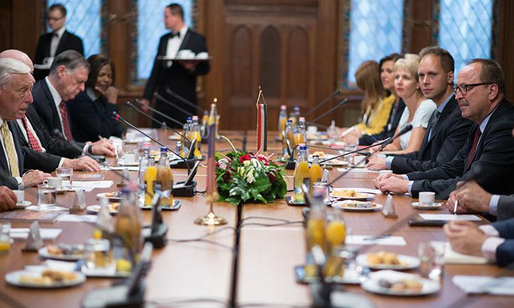A delegáció tagjai, Cornstein nagykövet, és a Magyar Országgyűlés tisztviselői megbeszélést folytatnak. (követségi fotó: Németh Attila)