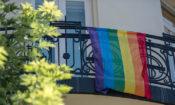 Szivárványszínű zászló a Nagykövetség épületén (követségi fotó: Németh Attila)