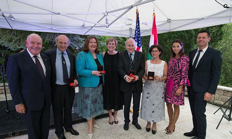 csoportkép: Cornstein nagykövet, Fischer Iván, Marton Éva, Deborah F. Rutter, Fischer Ádám, Mózes-Szitha Tünde, Stepánka és Karel Komárek (Követségi fotó: Attila Németh)
