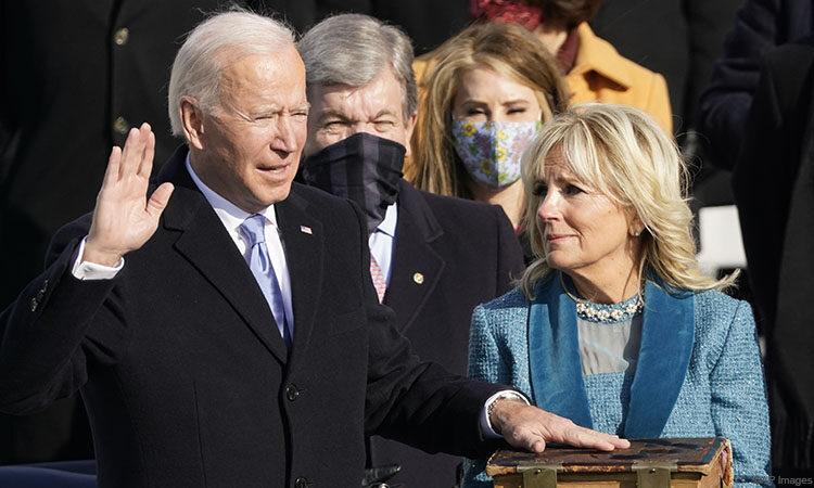Joseph R. Biden leteszi a hivatali esküt, kezével a Biblián, melyet Jill Biden tart, a beiktatási ünnepségen a washingtoni Capitolium előtt (©AP Images)