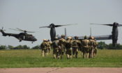 A Magyar Honvédség és az USA Légierejének katonái katonai helikoptert és CV-22B konvertiplánt közelítenek meg.
