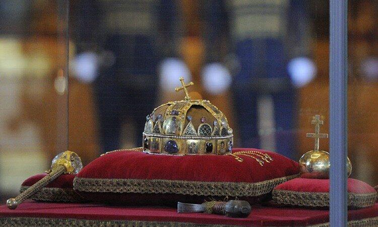 A Szent Korona és más koronázási jelvények a Parlament épületében (Követségi fotó: Németh Attila)