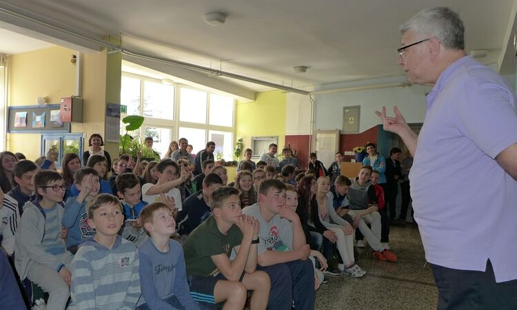 Fulbright professor Russell Reising presented the state of Ohio to elementary school students [State Dept.]