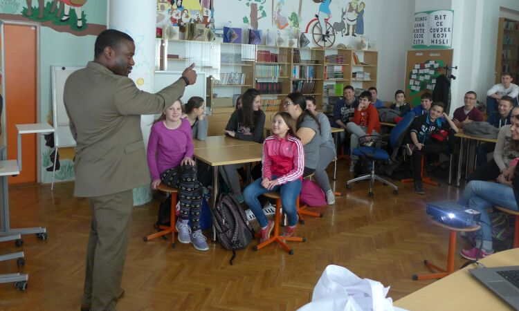IT Specialist Tru Notoma visited Vukovar's elementary school where he talked with students about American holidays [State Dept.]