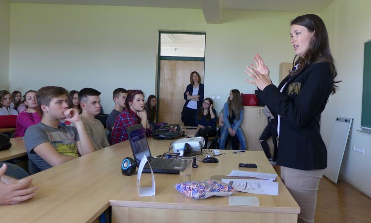 Embassy intern Carly Joerger talked about the American presidential elections [State Dept.]
