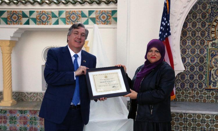 """سعادة السفير جون ديروشر يقدم جائزة """"المراة الجزائرية الشجاعة"""" لنوال بهلولي رئيسة جمعية الحياة"""