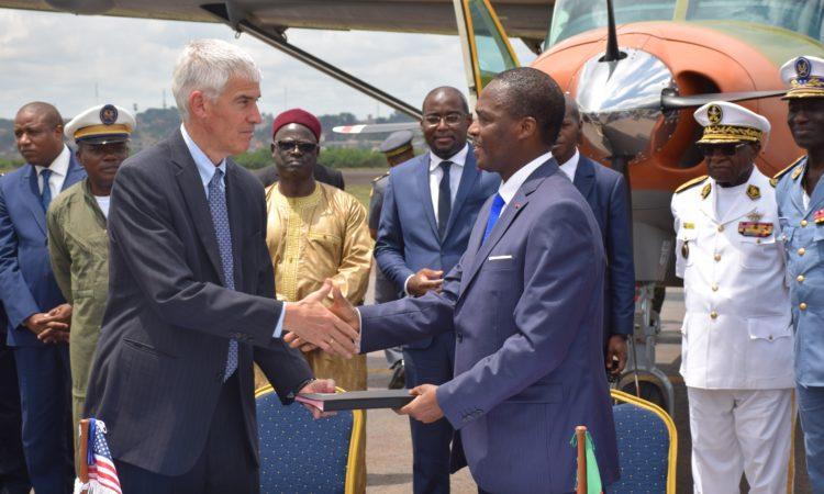 L'Ambassadeur Barlerin et le Ministre délégué chargé de la défense, Joseph Beti Assomo échangent les accords du transfert de deux avions de surveillance Cessna