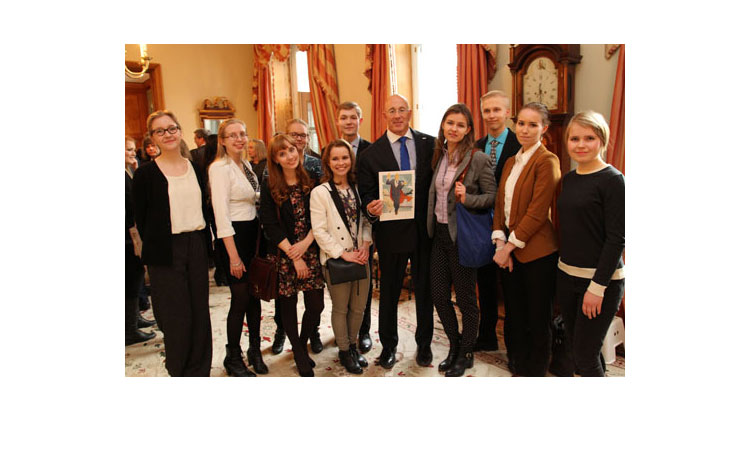 Ambassador Oreck and students from the Young Ambassadors Program. (© State Dept.)