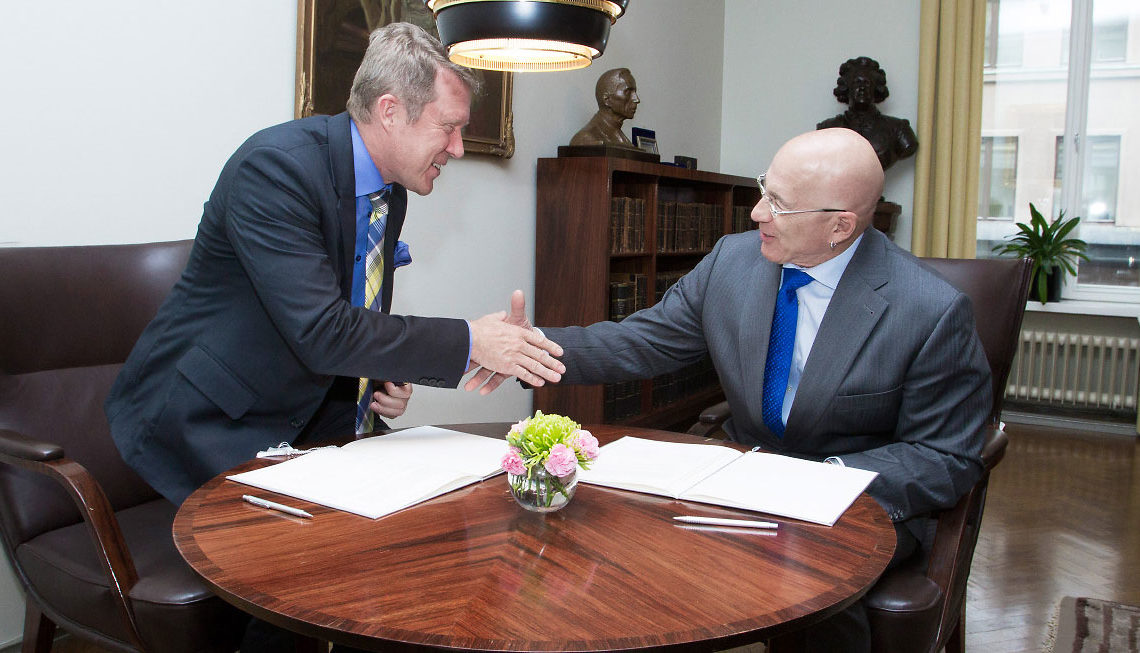 U.S. Ambassador Bruce J. Oreck and Helsinki University Rector Jukka Kola signing the ARC Agreement. (© Linda Tammisto/Helsinki University)