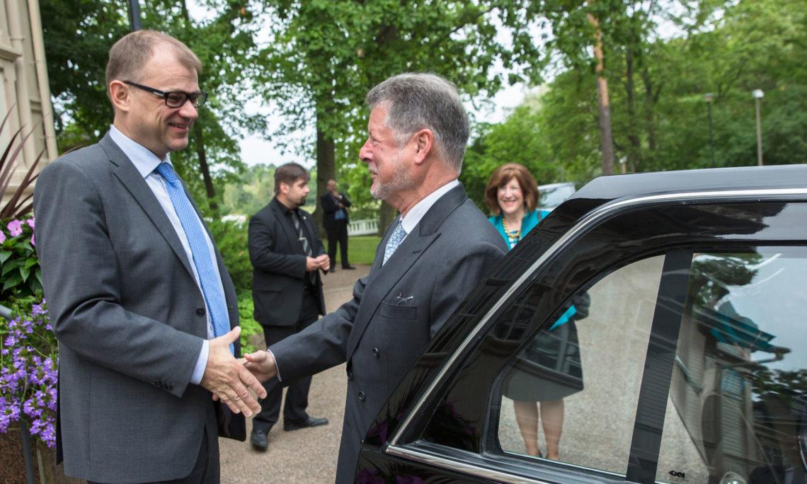 Two men shaking hands (© Valtioneuvosto)