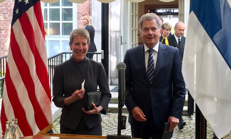 CDA Donna Welton with President Sauli Niinistö (copyright: U.S. Embassy Finland)
