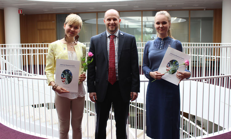 2018 Grant Winners Salla Uusitalo (l) and Heidi Pennanen (r) with Deputy Public Affairs Officer Ethan Tabor (© State Dept.)