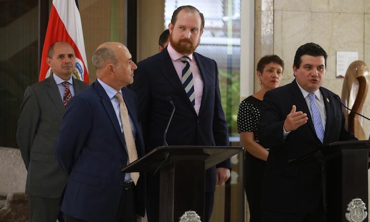 El representante de ACNUR en Costa Rica, Carlos Maldonado, y el Ministro de la Presidencia, Sergio Alfaro anunciaron la incorporación de Costa Rica al acuerdo de protección de transferencia de refugiados.