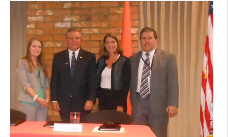 De derecha a izquierda: Faith Corneille, Consejera en Asuntos Energéticos; Víctor Solís , Gerente General de la CNF; Abby Daniell, Directora de la Oficina Comercial y Roy Fernández, Asesor Comercial