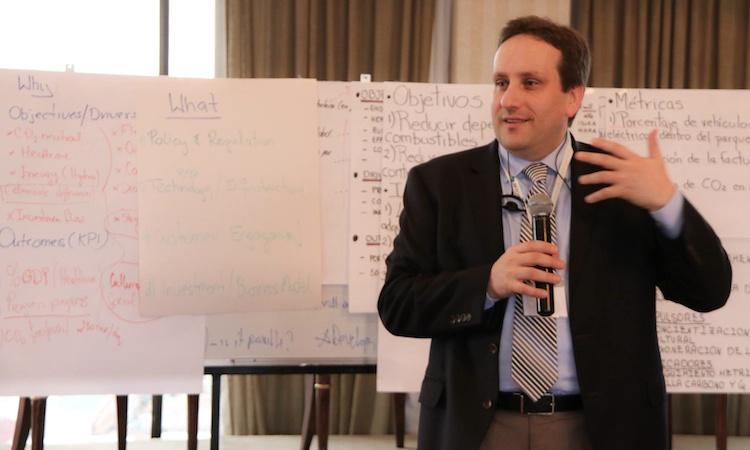 Bartosz Wojszcyk, Experto estadounidense en vehículos eléctricos.