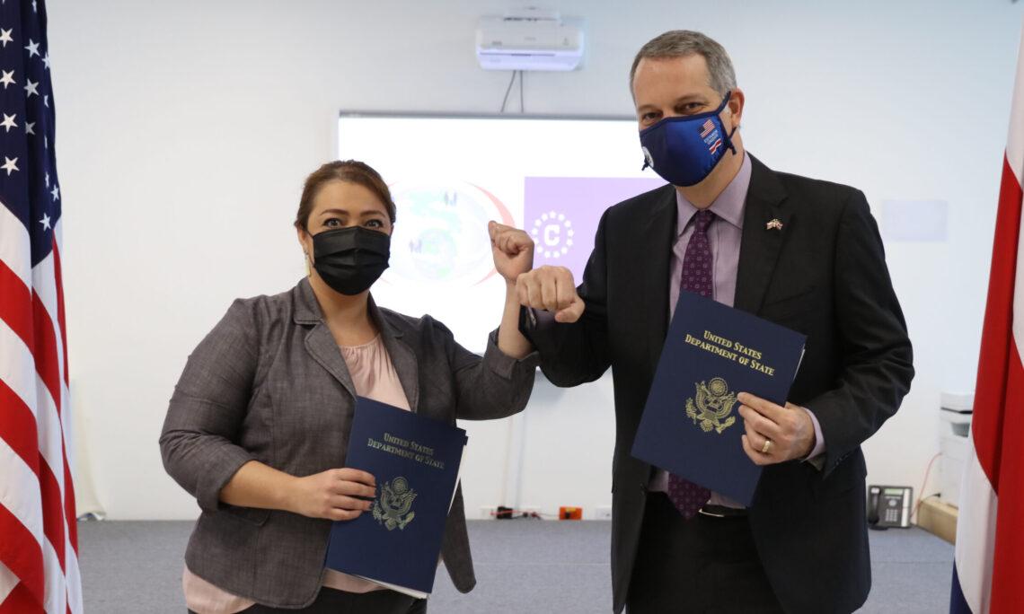 Saludos entre Raquel Vargas, directora de Migración y Marcos Mandojana, Encargado de Negocios de la Embajada de Estados Unidos