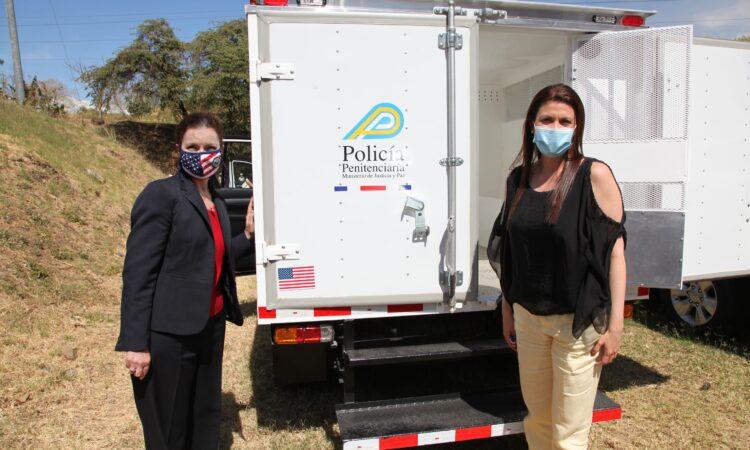 Ministerio de Justicia recibe donación de vehículos